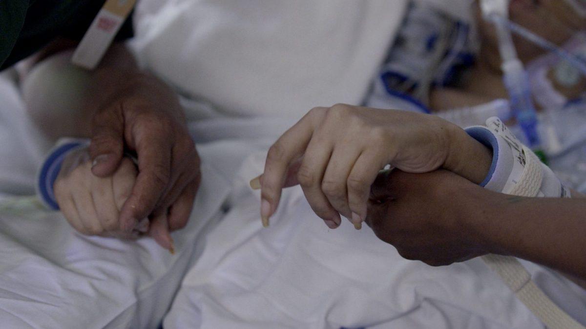 Extremis (2016) – Seja testemunha das emoções que acompanham decisões de vida ou morte para médicos, pacientes e famílias na UTI de um hospital. - Crédito: Divulgação/33Giga/ND
