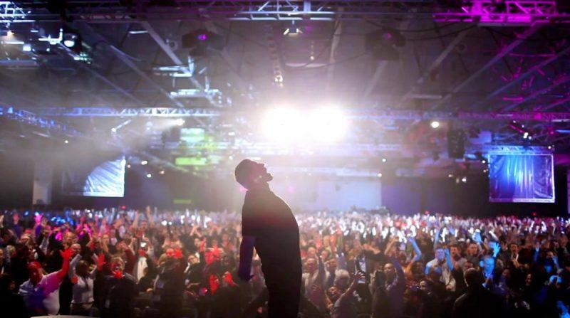 Tony Robbins: Eu Não Sou Seu Guru (2016) – Fãs incondicionais das técnicas de coaching nada ortodoxas de Tony Robbins lotam um megaevento anual que o empreendedor realiza. Confira os bastidores desse momento. - Crédito: Divulgação/33Giga/ND