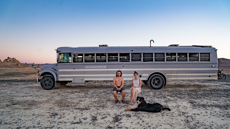 Expedition Happiness (2017) - Um cineasta e a namorada fazem uma viagem inesquecível com seu cachorro pela América do Norte em um ônibus escolar adaptado. - Divulgação/33Giga/ND