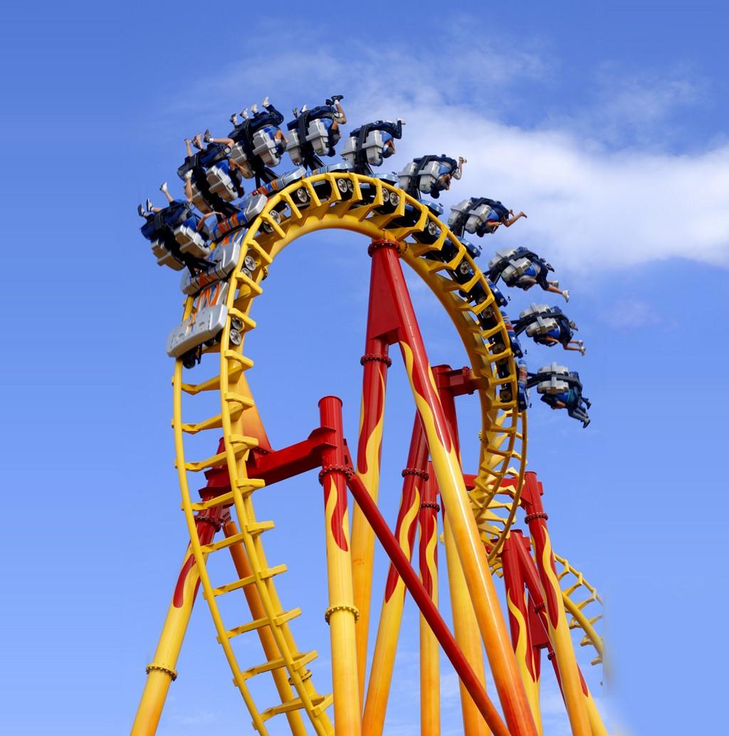 Montanha-russa invertida, a FireWhip foi inaugurada em 2008. Ela chega a velocidades próximas dos 100 km/h e atinge 4,5 vezes a força da gravidade. Tudo isso com os pés pendurados - Divulgação - Divulgação/Rota de Férias/ND