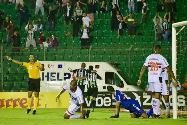 Rafael Marques festeja o gol, feito após receber assistência de Willian Popp - Matheus Dias/FFC/divulgação