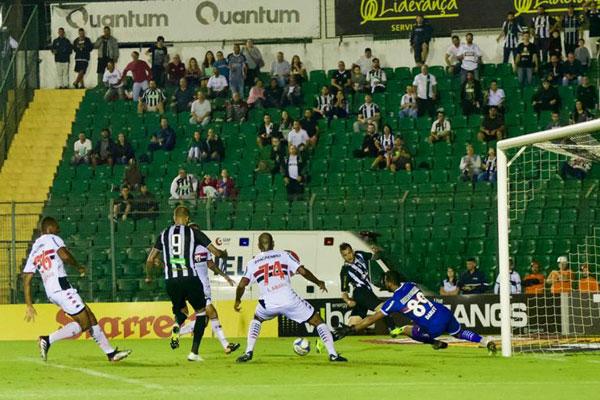 O lance do gol de Rafael Marques. Figueirense finalizou os primeiros 45 minutos com a vantagem no placar e nas finalizações - Matheus Dias/FFC/divulgação