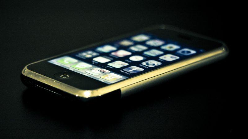 Evolução do smartphone da Apple – iPhone 2G – Junho de 2007: O primeiro smartphone da companhia tinha tela de 3,5 polegadas, câmera de 2 megapixels e podia ser encontrado nas versões de 4 GB, 8 GB e 16 GB de armazenamento. É considerado uma das maiores invenções de Steve Jobs e um marco dos celulares com touchscreen. - Crédito: PhilipRood.com via VisualHunt/33Giga/ND