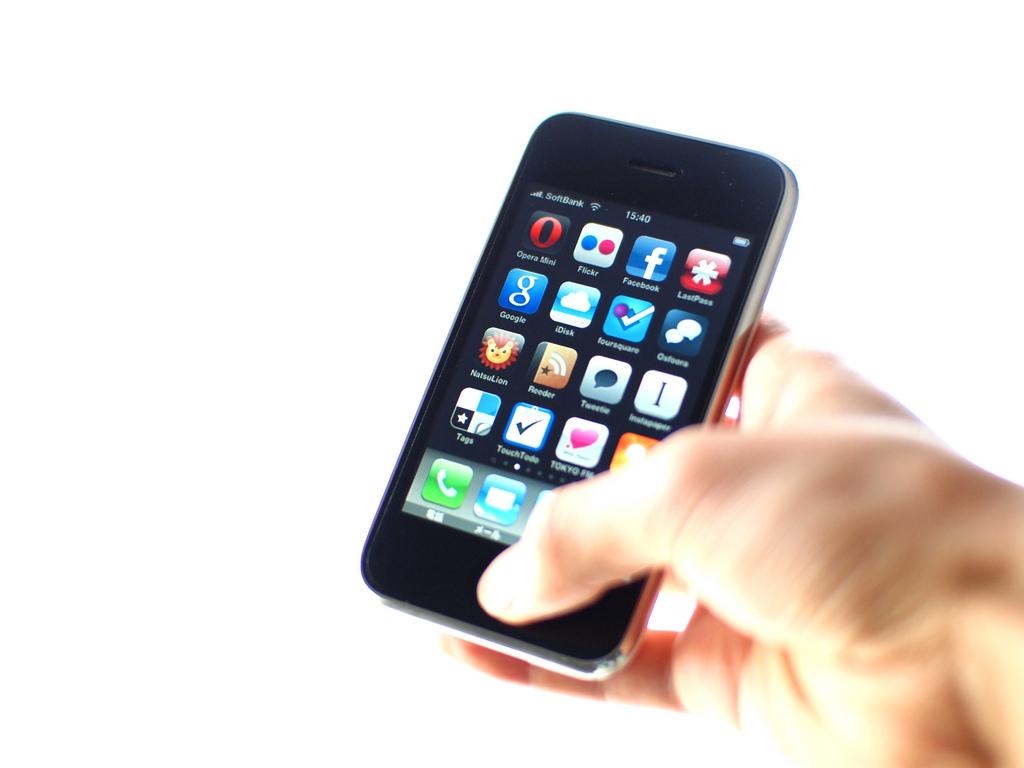 iPhone 3G – Julho de 2008: Embora tenha funcionalidades parecidas com a da versão anterior (câmera, polegadas e armazenamento), foi neste celular que a App Store apareceu pela primeira vez e deu a possibilidade de instalar aplicativos de terceiros. Também foi o primeiro smartphone da marca a desembarcar no Brasil. - Crédito: beve4 via Visual Hunt/33Giga/ND