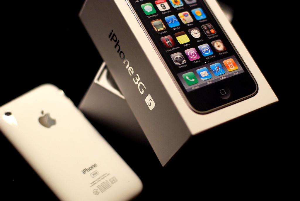 iPhone 3GS – Junho de 2009: O celular evoluiu em alguns quesitos. Por exemplo, a câmera passou a captar fotos em 3,5 megapixels e gravar vídeos em VGA, e a memória interna tinha opções em 8 GB, 16 GB ou 32 GB. Entre as novidades estavam: bússola, integração com Twitter e Facebook, e acesso ao iCloud. - Crédito: [puamelia] via Visual Hunt /33Giga/ND