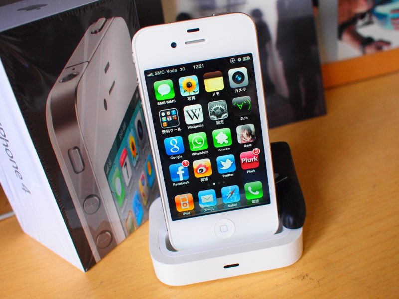 iPhone 4 – Junho de 2010: O primeiro celular que teve uma grande reformulação em seu design. Deixando de lado o visual arredondado, o iPhone 4 veio com linhas retas e uma combinação de aço e vidro. Foi nele também que a câmera frontal apareceu pela primeira vez na linha e trouxe a possibilidade de usar o FaceTime, além de ter o processador próprio da marca, o Apple A4. - Crédito: [ A E ] via Visual hunt /33Giga/ND
