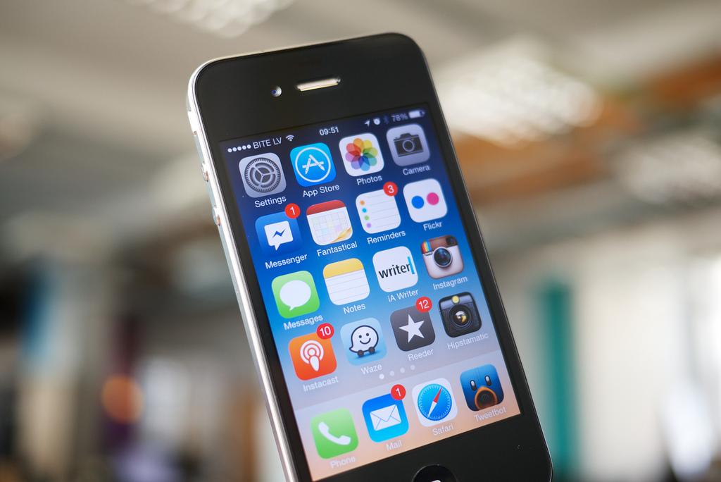 iPhone 4s – Outubro de 2011: Visualmente, o smartphone não apresentava qualquer diferença para o anterior. Porém, uma novidade chamou bastante atenção: a assistente pessoal Siri, que auxiliava o usuário por meio de comandos de voz. Ele ganhou também uma nova opção de memória, 64 GB, e câmera com 8 megapixels para vídeos em Full HD. - Crédito: Janitors via Visual hunt /33Giga/ND