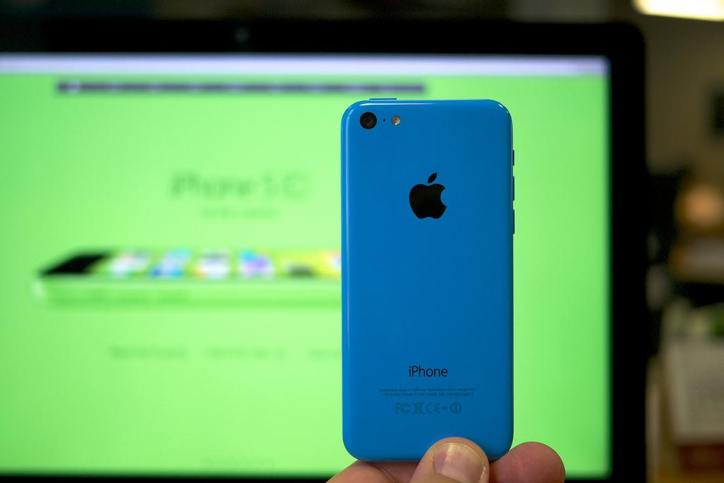 iPhone 5c – Setembro de 2013: Bem diferente de seus irmãos, o design colorido e em plástico tinha proposta de deixar o celular 50% mais barato. Trouxe a opção de gravar em câmera lenta e abriu o leque de opções, com carcaça verde, azul, branco, amarelo e rosa. - Crédito: Janitors via Visualhunt.com /33Giga/ND