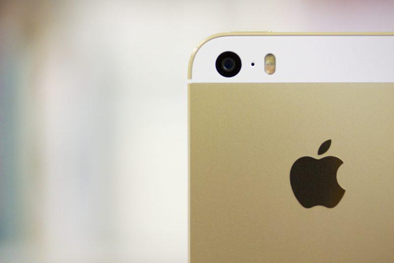 iPhone 5s – Setembro de 2013: Voltando a seu design clássico, o smartphone continuou com suas duas cores clássicas e recebeu uma extra: a dourada. O grande diferencial ficou por conta da função Touch ID, sensor que desbloqueia a tela ao reconhecer a digital de seu usuário. Também recebeu um processador mais potente, o Apple A7. - Crédito: 鑽石 via Visualhunt /33Giga/ND