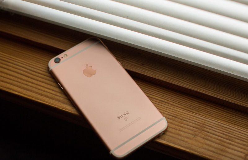 iPhone 6s e 6s Plus – Setembro de 2015: Evoluções do 6 e 6 Plus, os smartphones são bem similares aos antecessores – inclusive seus tamanhos. Suas maiores diferenças são: processador Apple A9, câmera principal de 12 megapixels e frontal de 5 megapixels, e a função 3D Touch, que identifica o nível de pressão exercido por um toque na tela. Também recebeu outra opção de cor: a rosa. - Crédito: AdamChandler86 via Visualhunt.com/33Giga/ND