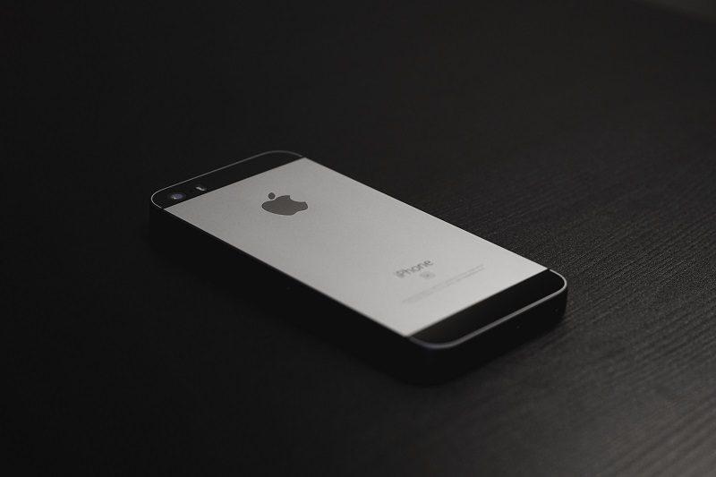 iPhone SE – Março de 2016: Design do 5s com especificações do 6s. É assim que pode ser definido o iPhone SE. Retornando às origens, o smartphone apresenta uma tela de tamanho reduzido – apenas 4 polegadas –, câmera principal com 12 megapixels, capacidade de armazenamento de 16 GB ou 64 GB, e processador Apple A9 (Dual-Core de 1.84 GHz). O celular ainda tem Touch ID e é compatível com tecnologia 4G e NFC. Está disponível nas cores rosa, dourada, prata e preto. - Crédito: Christian Allard on Unsplash/33Giga/ND