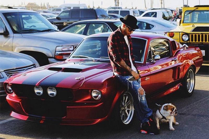 Lewis Hamilton, piloto de Fórmula 1, como não poderia deixar de ser, também adora carros potentes fora das pistas; o Ford Mustang Shelby GT 500 é um de seus preferidos - Foto: Reprodução - Foto: Reprodução/Garagem 360/ND