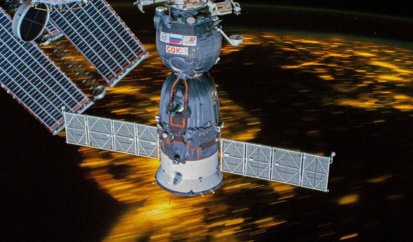 A sonda recém-chegada Soyuz MS-12 é retratada na Estação Espacial Internacional enquanto o complexo orbital voava 255 milhas acima do nordeste dos Estados Unidos - (NASA)/33Giga/ND