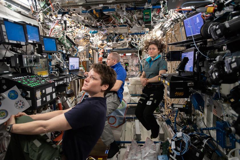 Os Engenheiros de Vôo da Expedição 59 Anne McClain, David Saint-Jacques e Christina Koch estão reunidos dentro do laboratório Destiny dos EUA - (NASA)/33Giga/ND