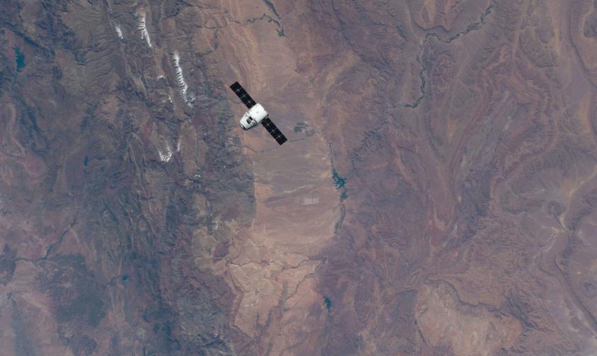 A nave de carga SpaceX Dragon se aproxima da Estação Espacial Internacional 256 milhas acima do Marrocos. Abaixo, estação de energia solar - (NASA)/33Giga/ND