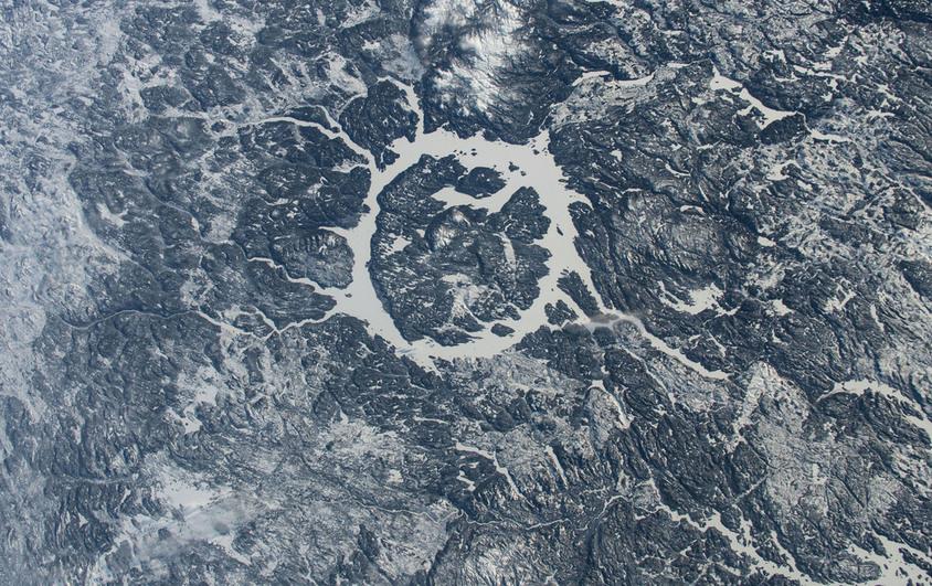Lago Manicouagan, um lago anular em uma antiga cratera de impacto em Quebec, Canadá - (NASA)/33Giga/ND