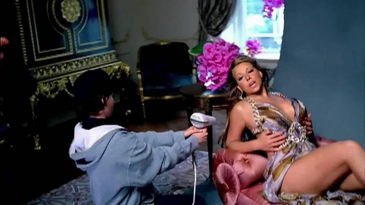"""Mariah Carey – Obsessed (2009): Cansada de ouvir Eminem dizer que teve um caso com ela, Mariah resolveu ironizar o rapper e retratá-lo como um stalker no clipe de """"Obsessed"""". Vale ressaltar que ela o mata atropelado no final do vídeo. Assista: http://bit.ly/2UPSuw7. - Crédito: Reprodução/YouTube/33Giga/ND"""