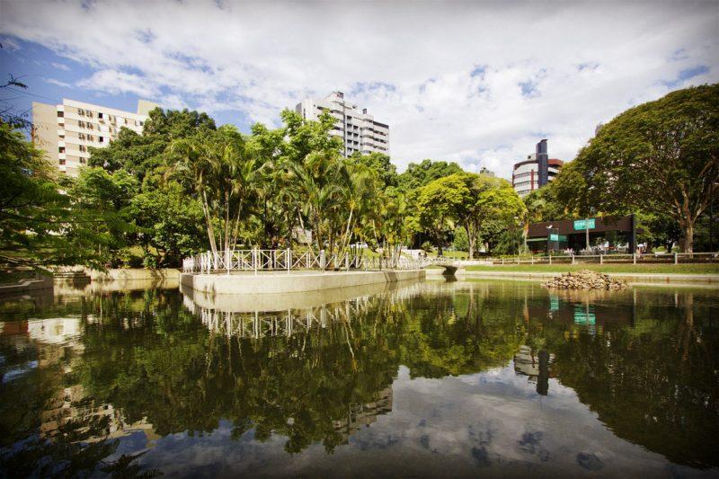 Outro belo lugar para passear é a Praça do Congresso, em Criciúma. O local conta com extensa arborização, um lago cheio de animais e um clima agradável para um passeio à dois. - Prefeitura de Criciúma / Divulgação