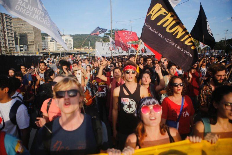 Manifestantes seguem pela Região Central de Florianópolis - protesto 10
