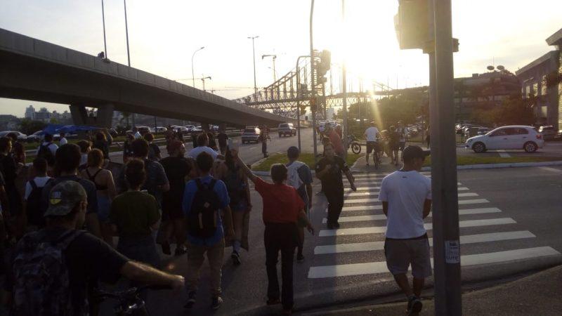 Manifestantes estão a caminho da Beira-MAr, em Florianópolis - Felipe Bottamedi / ND
