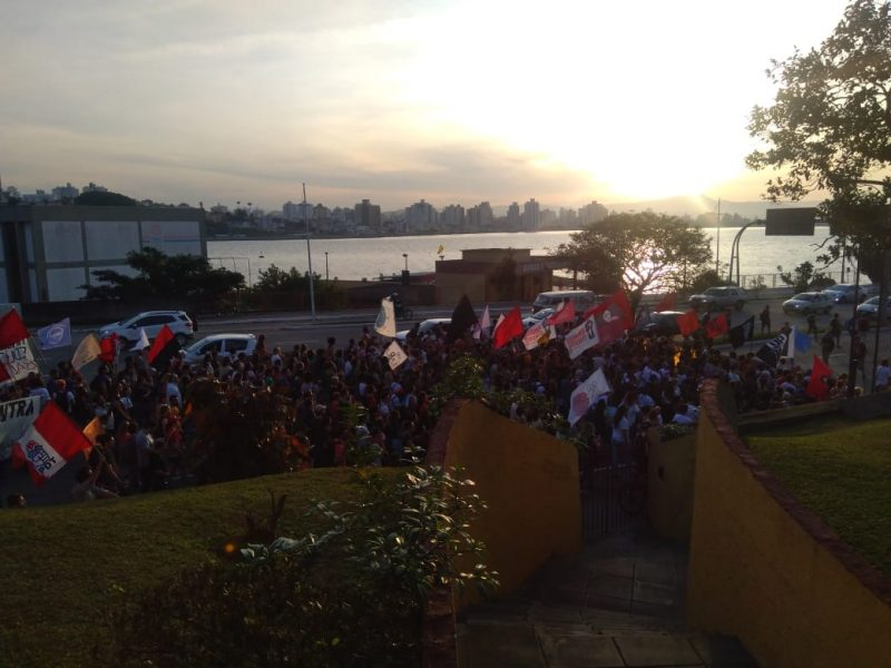 Manifestação segue pela Beira-Mar - Flávio Tin / ND