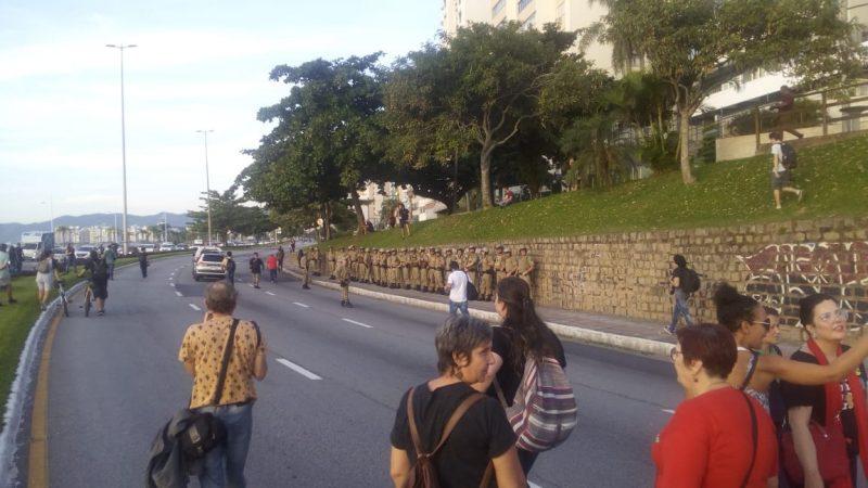 Policiais formam fileira em frente aos primeiros manifestantes - Flávio Tin / ND