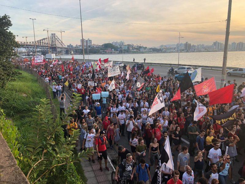 Multidão continua na Beira-Mar - Flávio Tin / ND