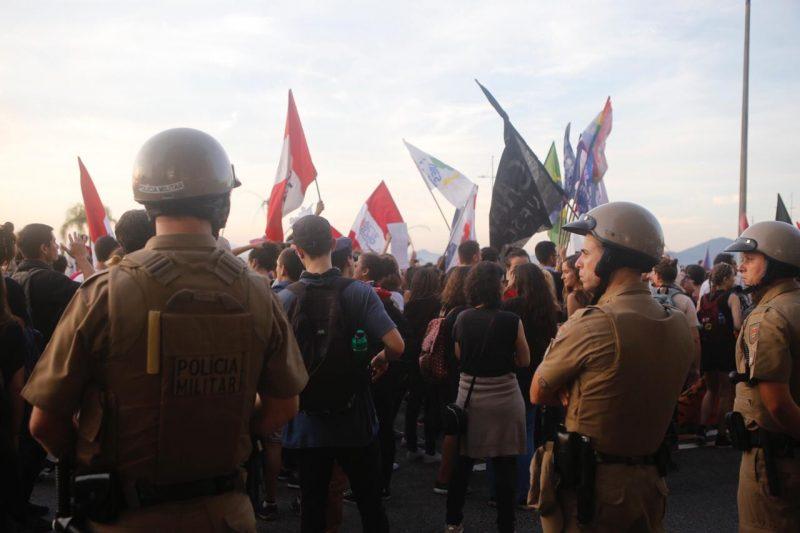 PMs estão presentes na manifestação, em Florianópolis - Flávio Tin / ND