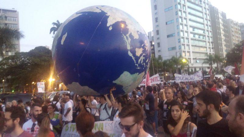 Manifestantes ironizam terra planistas - Felip0e Bottamedi / ND
