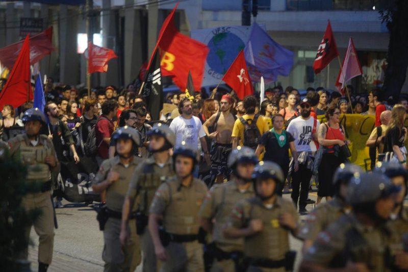 Policiais monitoram a situação na região dos protestos. - Flávio Tin /ND