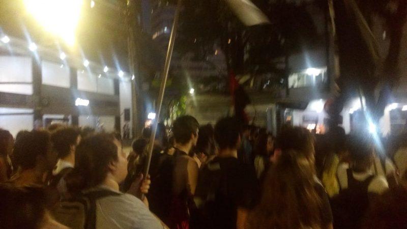 Manifestação entra, agora, na rua Jerônimo Coelho - que também está fechada. - Felipe Bottamedi/ND