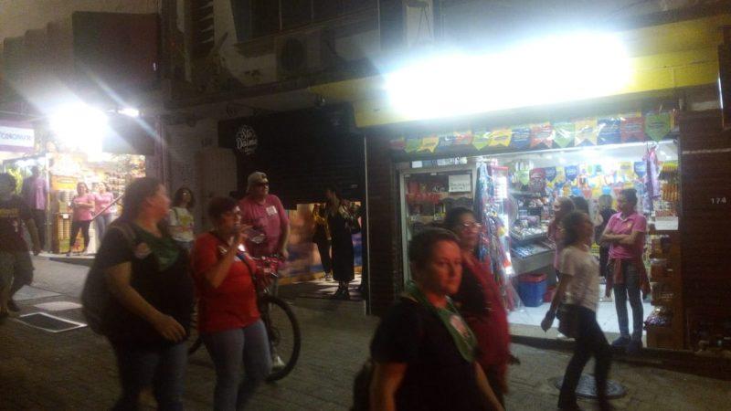 Manifestantes passam em frente ao comércio do Centro da Capital - Felipe Bottamedi/ND