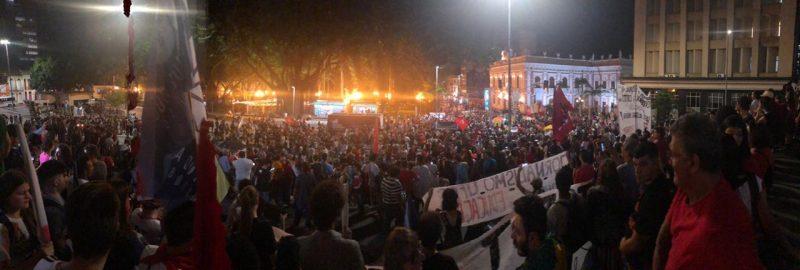 Manifestantes se concentram em frente à Catedral - Flávio Tin /ND