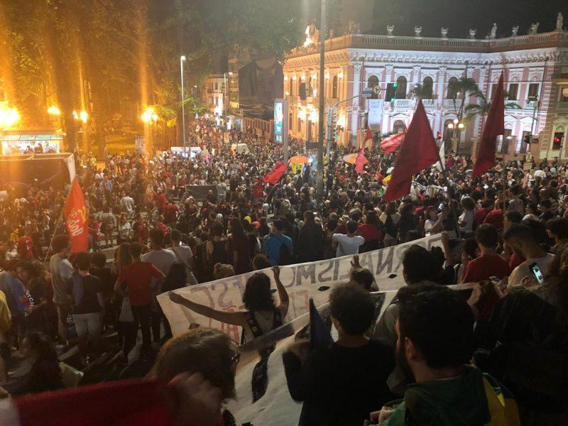 Manifestantes em frente à Catedral - Flávio Tin /ND