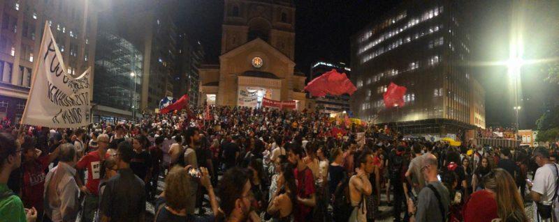 Fim da manifestação em Florianópolis em frente à Catedral - Flávio Tin /ND
