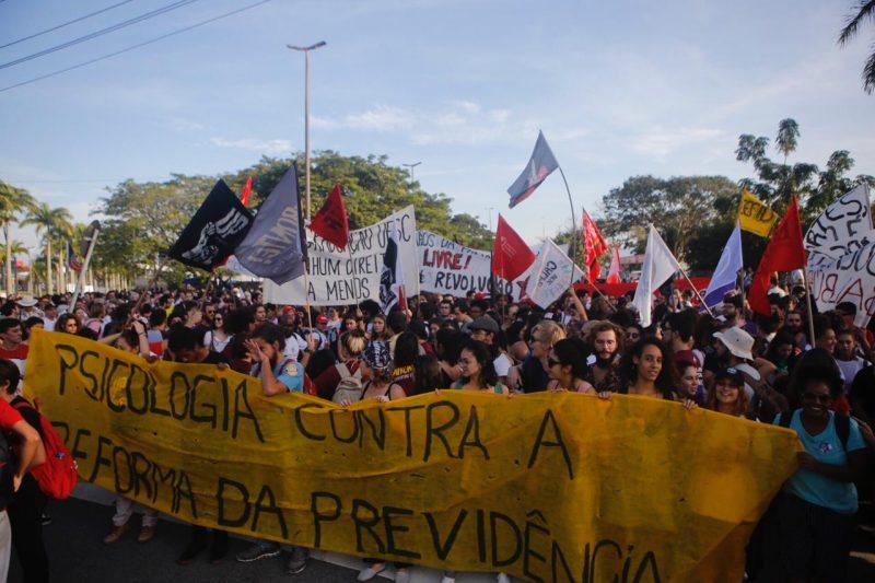 Faixas e bandeiras tomam conta da manifestação nas ruas da Capital - protesto 7
