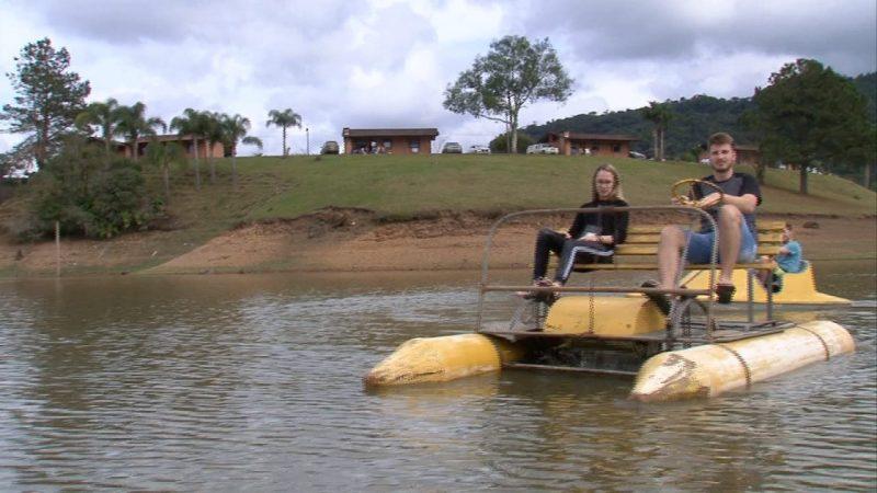 Andar de pedalinho pelo rio é uma das opções oferecidas ao casal que quiser passar o Dia dos Namorados em Rio dos Cedros - RIC TV / Reprodução