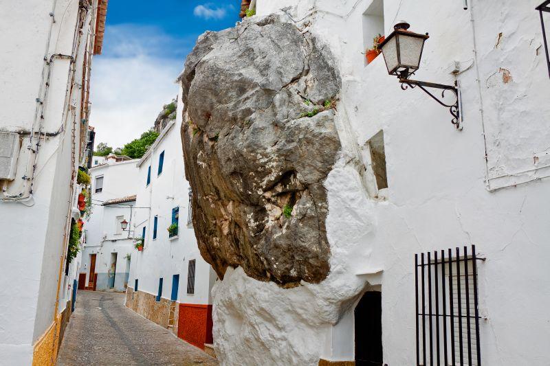 As construções de Ubrique, na Espanha, são pintadas de branco graças ao calor da região da Andaluzia. A tinta clara reflete os raios de sol e deixa os ambientes mais frescos - Shutterstock.com - Shutterstock.com/Rota de Férias/ND