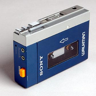 Evolução dos players de música: Primeiro Walkman produzido pela Sony, em 1979. Fez tanto sucesso que mudou completamente a forma de consumir música até os dias atuais. - Crédito: miniteca.org via Visual Hunt / CC BY-SA/33Giga/ND