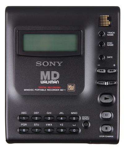 Em 1992, a Sony lançou um formato de mídia própria, chamado de MiniDisc, mais compacto que o CD. No mesmo ano era apresentado o Walkman MiniDisc, que já utilizava as novas mídias da empresa nipônica. - Crédito: thngs.co via Visualhunt.com / CC BY/33Giga/ND