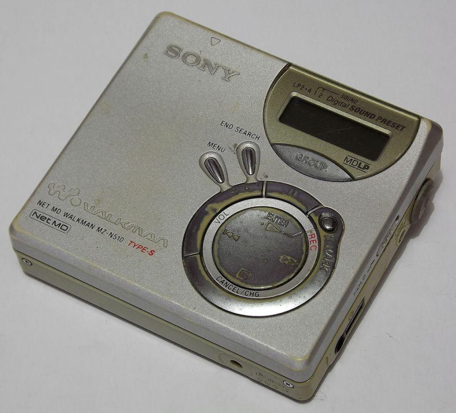 No fim da década de 1990, a Sony apresentava o NetMD, que além de reproduzir o conteúdo dos MiniDiscs, podia também aceitar músicas digitais no formato ATRAC3, que podia ser inserido no aparelho por qualquer computador que tivesse entrada USB. - Crédito: Juliocfd via VisualHunt / CC BY-NC/33Giga/ND
