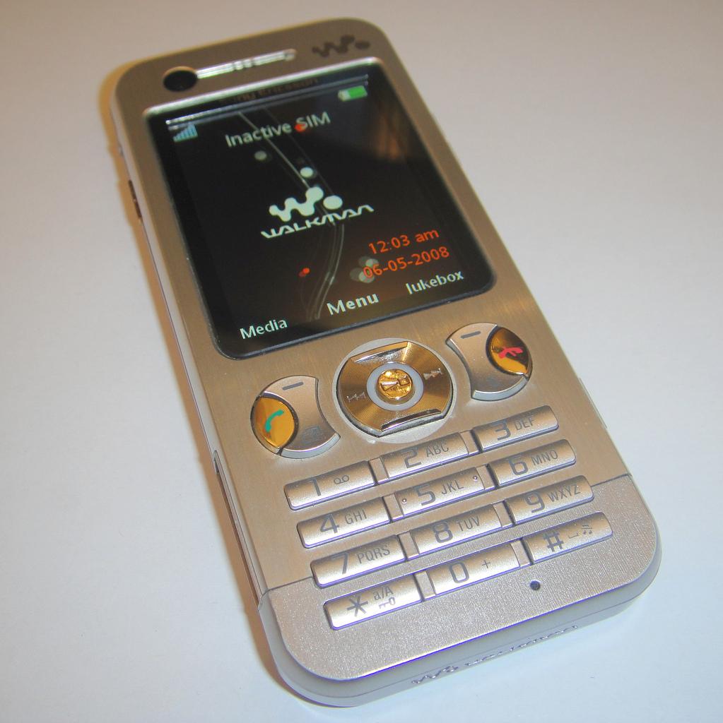 No mesmo ano, a Sony inaugurou a linha Walkman de celulares, que focava na reprodução de música. Ela durou até 2009, quando a marca encerrou a produção dos modelos. - Crédito: mattk1979 via Visualhunt / CC BY-SA/33Giga/ND