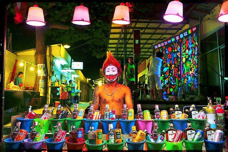 As festas de lua cheia, conhecidas como Full Moon Parties, agradam os baladeiros que visitam a ilha de Koh Phangan, na Tailândia. Compostas por mochileiros de várias partes do mundo, as celebrações são regadas a muita música eletrônica e bebidas alcoólicas, que são vendidas em baldinhos - Foto: Roberto.Trombetta on Visualhunt / CC BY-NC - Foto: Roberto.Trombetta on Visualhunt / CC BY-NC/Rota de Férias/ND
