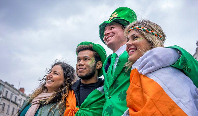 Comemorado em 17 de março, o St. Patrick's Day é uma homenagem a St. Patrick (387-461), um missionário e bispo cristão que se tornou um dos santos padroeiros da Irlanda. Em Dublin, capital da do país, a celebração bomba. As ruas são tomadas por multidões verdes, sendo que muitos aproveitam para vestir chapéus e barbas falsas ruivas - Foto: Giuseppe Milo (www.pixael.com) on Visual Hunt / CC BY - Foto: Giuseppe Milo (www.pixael.com) on Visual Hunt / CC BY/Rota de Férias/ND