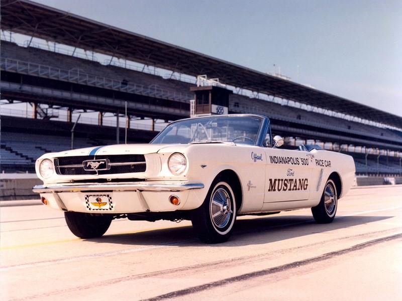 Os pace cars das 500 milhas de Indianápolis são tradicionais. Em 1964, por exemplo, o Ford Mustang foi o escolhido para ser o carro de segurança - Foto: Divulgação - Foto: Divulgação /Garagem 360/ND