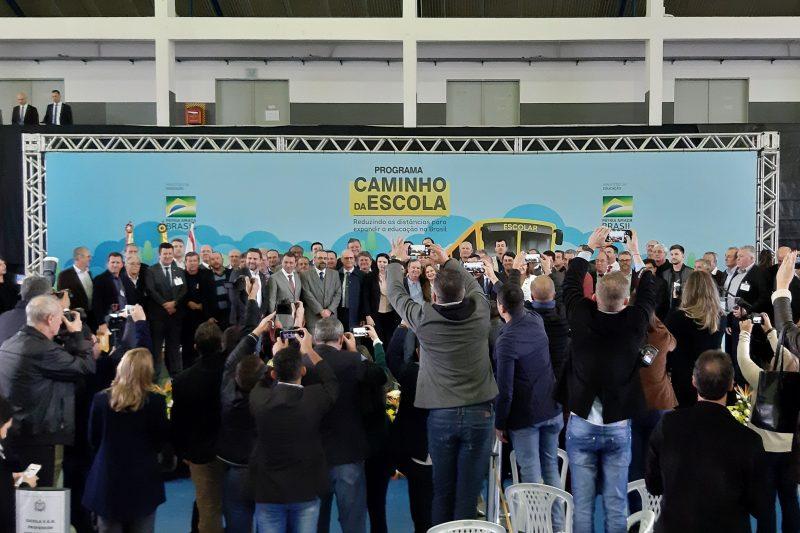 Foto oficial da entrega dos ônibus com prefeitos - Altair Magagnin/ND