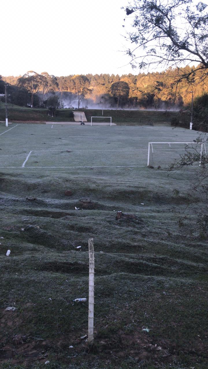 Campo de Futebol amanheceu coberto de gelo em Rio Negrinho - Foto: Ricardo Alves / RICTV