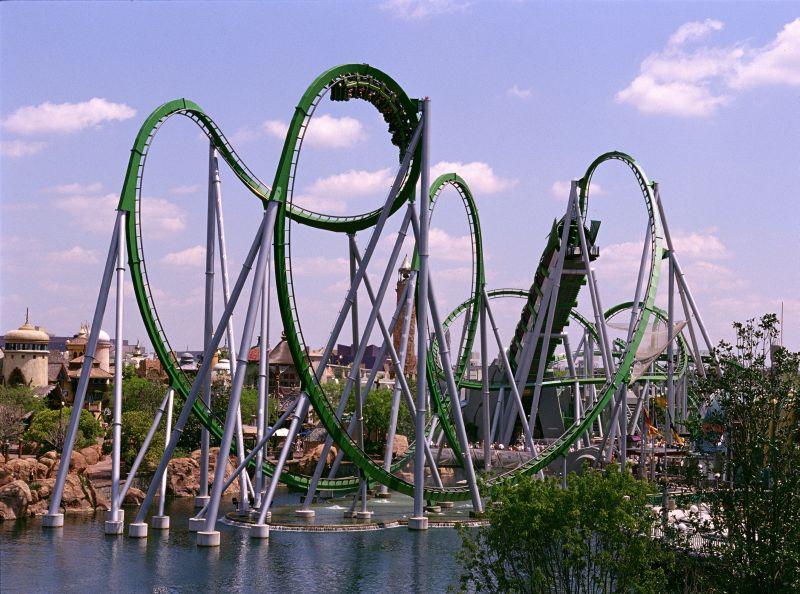 A montanha-russa do Hulk é uma das principais atrações do Universal's Islands of Adventure. Os visitantes também podem se aventurar dentro do castelo de Hogwarts (inspirado nos filmes do bruxinho Harry Potter) e ajudar o Homem-Aranha e proteger Nova York - - /Rota de Férias/ND