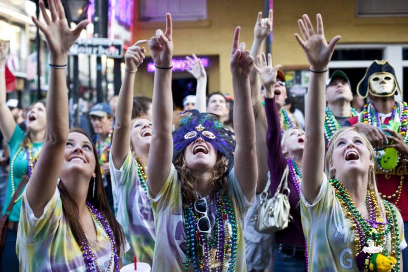 Todos os anos, o Mardi Gras atrai cerca de 4 milhões de pessoas a Nova Orleans, nos Estados Unidos. A festa, que começa no Dia de Reis (6 de janeiro) e termina na terça-feira gorda (dia que antecede a quarta-feira de cinzas) reúne confrarias que desfilam pelas ruas e distribuem prendas ao público. Os colares são os mais famosos e divertem a galera - Foto: °]° on Visualhunt.com / CC BY-NC-ND - Foto: °]° on Visualhunt.com / CC BY-NC-ND/Rota de Férias/ND