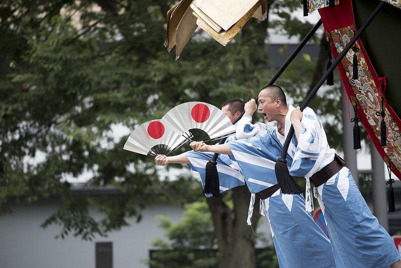 O Gion Matsuri é um dos festivais mais tradicionais do Japão. Ele acontece em Quioto e surgiu como uma forma de purificação para acalmar os deuses, com o objetivo de evitar desastres como enchentes e terremotos. A festa se estende ao longo de todo o mês de julho e reúne muitas pessoas com trajes típicos, além de jogos de rua e muita comida - Foto: Patrick Vierthaler on VisualHunt.com / CC BY-NC - Foto: Patrick Vierthaler on VisualHunt.com / CC BY-NC/Rota de Férias/ND
